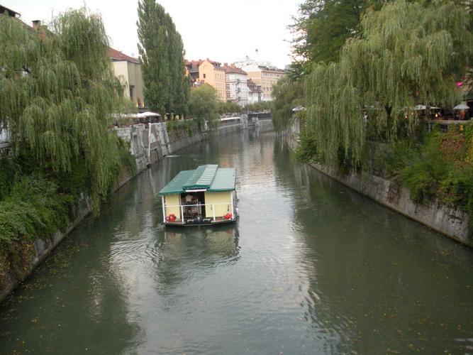 Ogledujete si slike iz kategorije: Koncerti po Ljubljanici